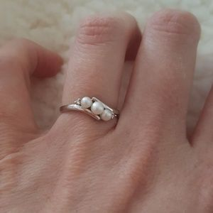 Jewelry - Size 6 pearl ring